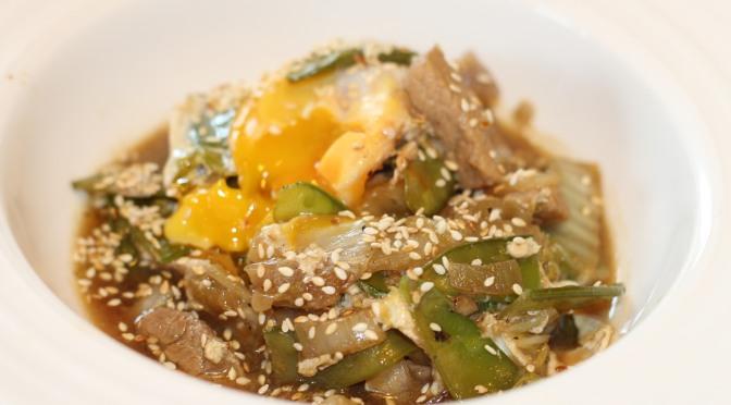 Wok de chou chinois au porc et son oeuf façon mollet