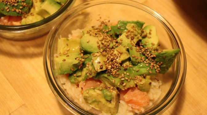 Chirashi ou riz vinaigré au saumon cru